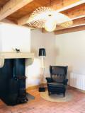 Espace détente, lampadaire, bibliothèque, poêle à bois
