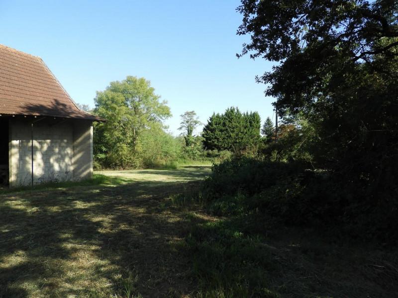 Vue cour intérieure de la grange sur prairie